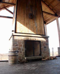 61/5000 La cheminée au vignoble Lightfoot & Wolfville. vue grand angle